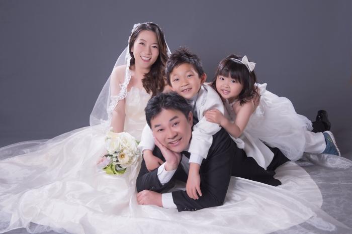 孩子們疊在爸爸身上